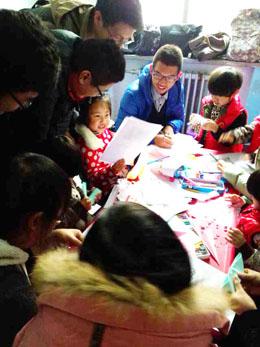 迎新年庆元旦爱心送温暖活动华电法政系青协进社区看望6名聋哑儿童